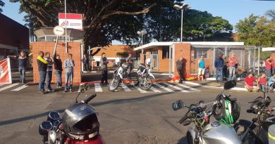 Trabalhadores protestam na porta da CBI, em Campinas
