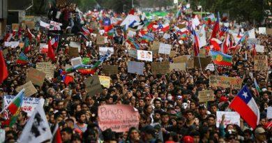 No Chile, mesmo com prisões e centenas com olhos arrancados pela repressão do governo de Sebasitan Piñera, a luta por condições dignas de vida e trabalho continua